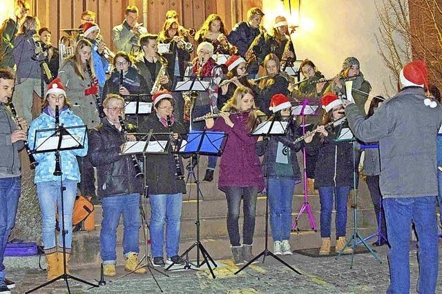 Weihnachtsmusik vor der Kirche