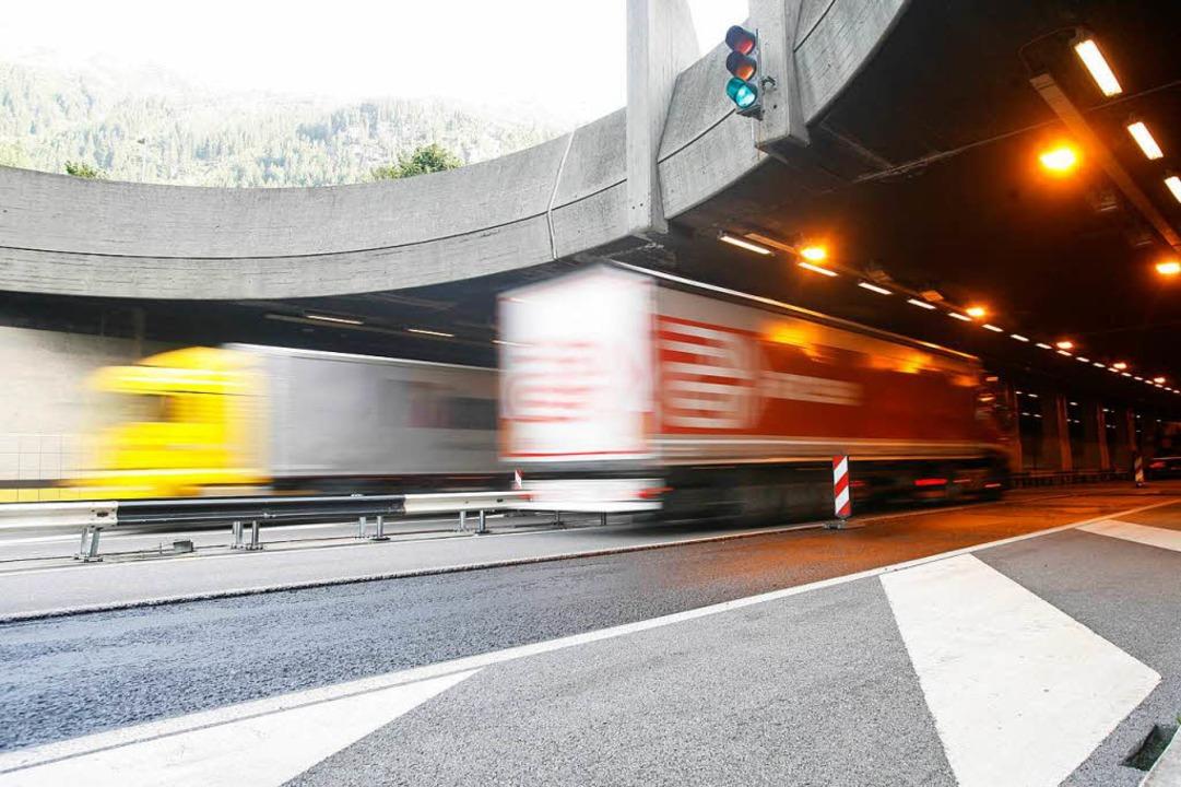 Der Gotthardtunnel ist nach einem Unfa...chmittag in beide Richtungen gesperrt.  | Foto: Urs Flueeler
