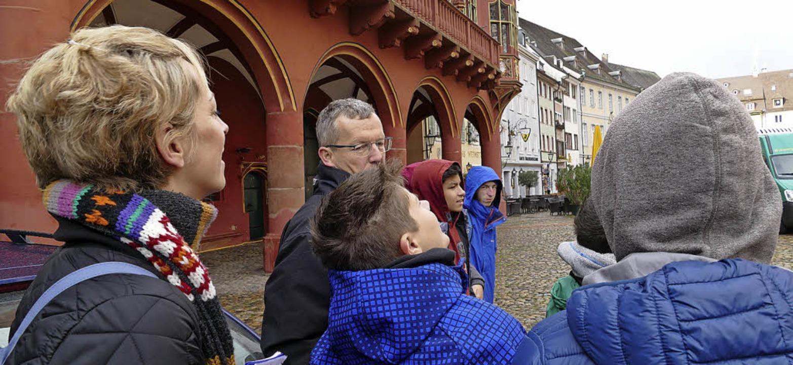 Uwe Zäh kennt das Münster in- und auswendig. Links: Lehrerin Sophie Nizielski.  | Foto: Stephanie Streif