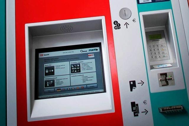 Unbekannte wollen Ticketautomaten aufbrechen