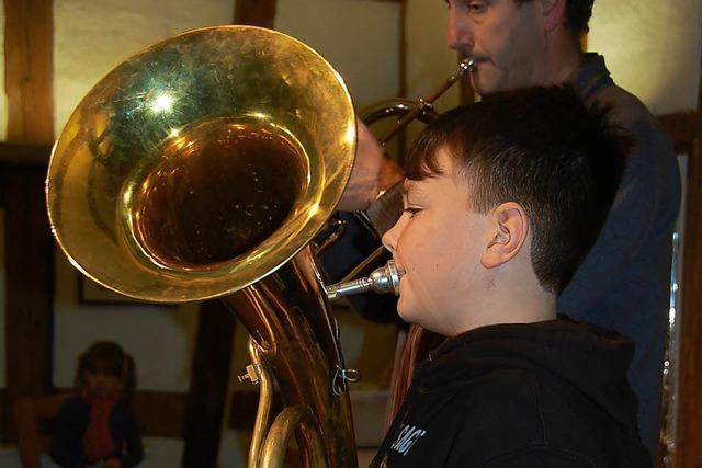 Kleine Musiker zeigen vor Publikum, was sie können