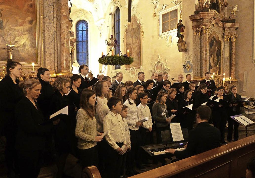 Voll besetzt war die Pfarrkirche in St... von Trachtenkapelle und Kirchenchor.     Foto: Anne Freyer