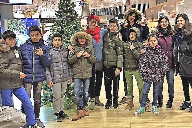 Warme Jacken und Schuhe für Flüchtlingskinder