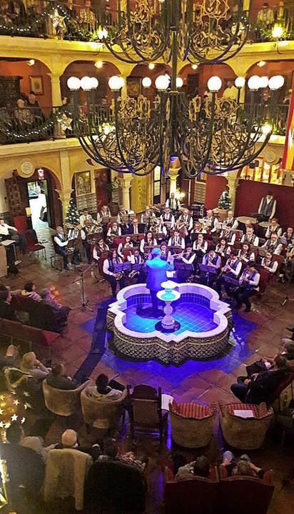 Das gibt's nur beim Benefizkonze...ndaluz: Der Dirigent steht im Brunnen.    Foto: Privat