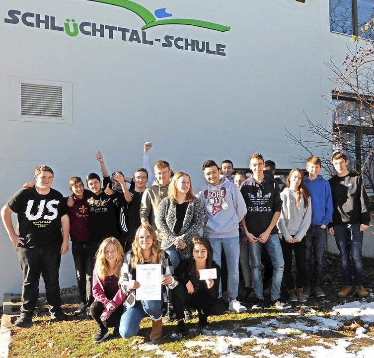 Die Schülerinnen und Schüler der Klass...100 Euro für die Klassenkasse freuen.     Foto: Privat