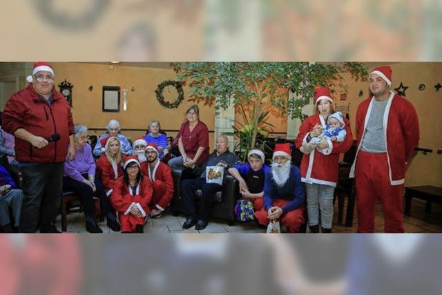 Jugendliche Nikoläuse besuchen das Seniorenzentrum