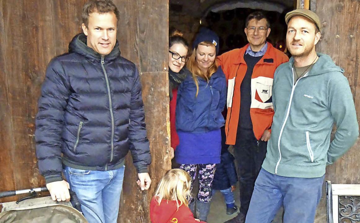 Mitglieder des Kulturvereins Mengen vo...r die geschlossene Tür rechts gehört.   | Foto: Freyer