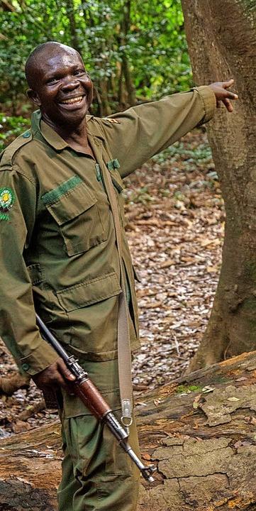 Frohnatur mit Gewehr: Ranger Robert Adaruku  | Foto: dpa-tmn