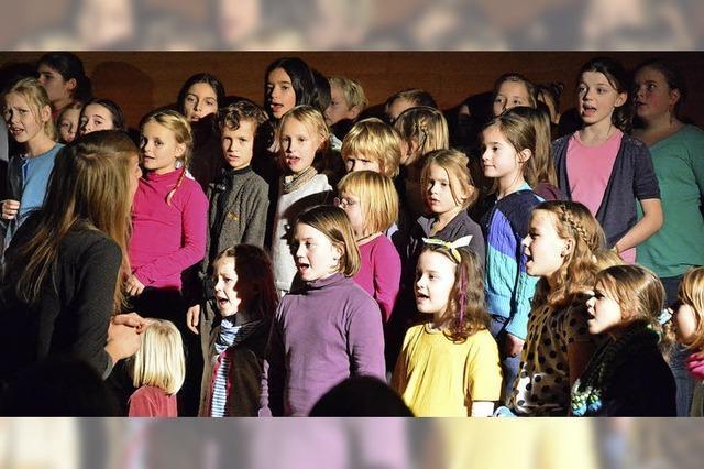 Kinder singen sich in Herzen der Zuhörer