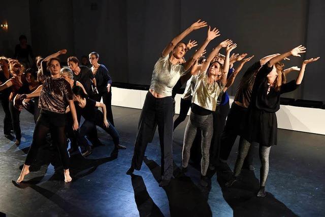Frauen tanzen ihre Erfahrungen mit der Krankheit Krebs