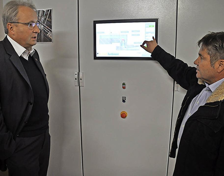 Ralf Schlachter (rechts) erläutert dem Bürgermeister Details.  | Foto: Nicolai Kapitz