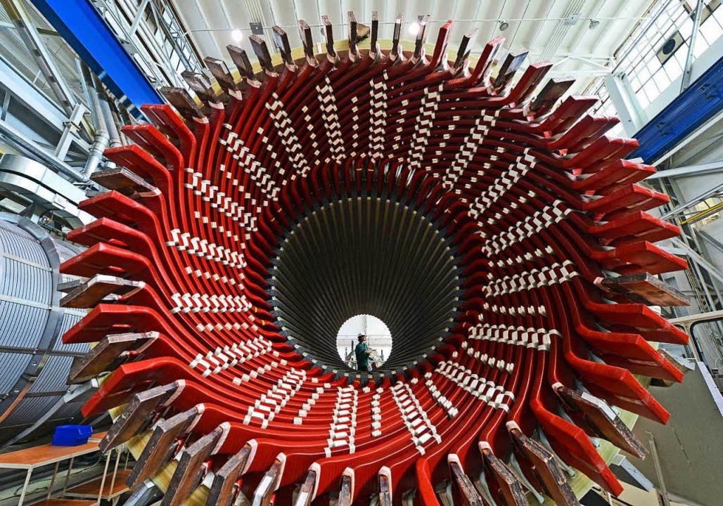 Ein Generatorständer im im Siemens-Gen...stumstreiber der deutschen Wirtschaft.  | Foto: dpa