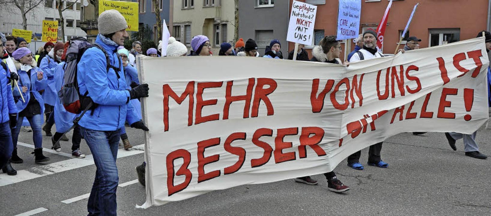 """""""Mehr von uns ist besser für all...zogen demonstrierend durch die Stadt.     Foto: Fotos: sir"""