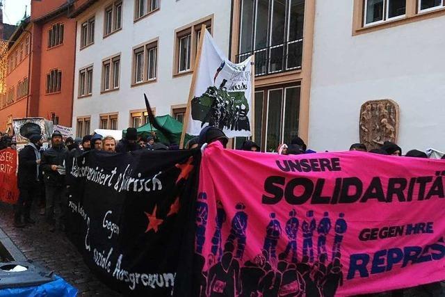 200 Menschen demonstrieren auf dem Freiburger Weihnachtsmarkt für linksunten.indymedia