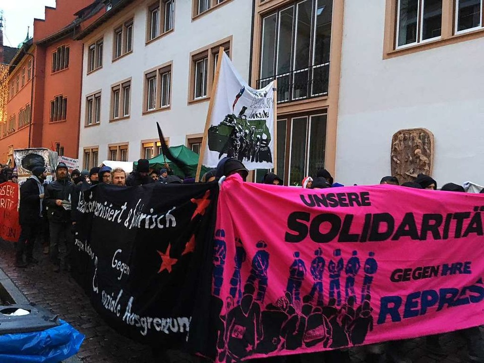 Die Demonstration begann am Rathausplatz...  | Foto: Frank Zimmermann