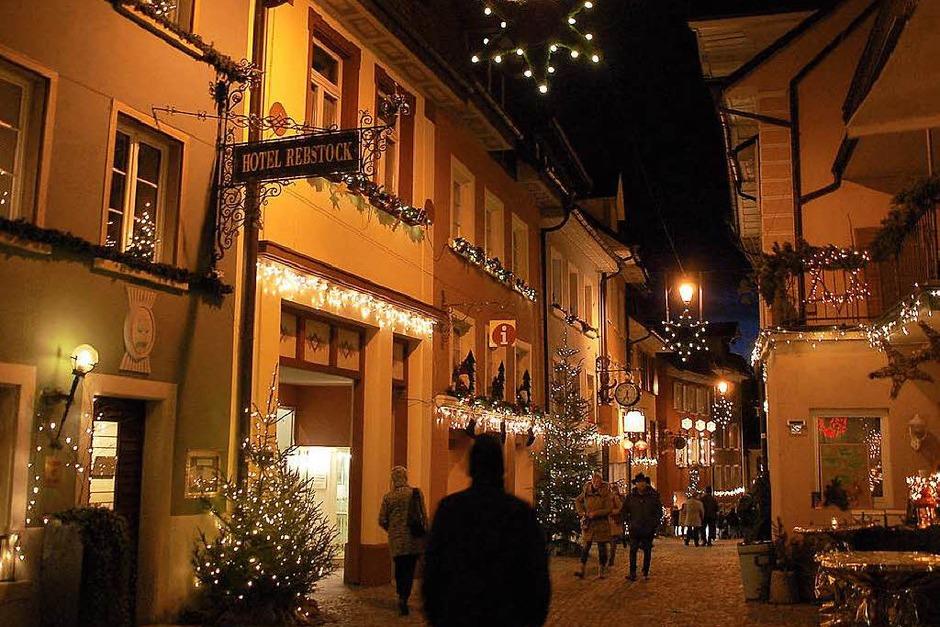 Vom Rathausvorplatz im badischen Laufenburg aus zieht sich der Markt hinab durch das weihnachtlich liebevoll geschmückte Städtle über die Laufenbrücke bis in das Städtli der schweizerischen Schwesterstadt. (Foto: Hildegard Siebold)