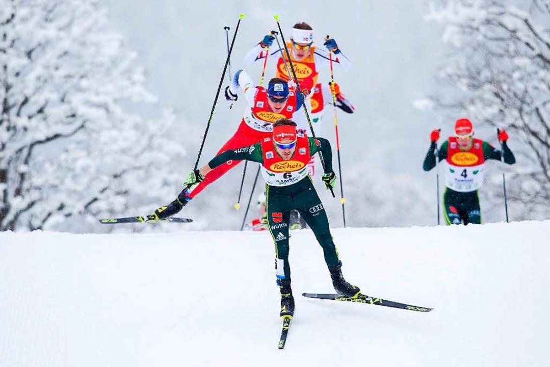 Fabian Rießle leistet Führungsarbeit &...ier beim Skilanglaufrennen am Samstag.  | Foto: dpa