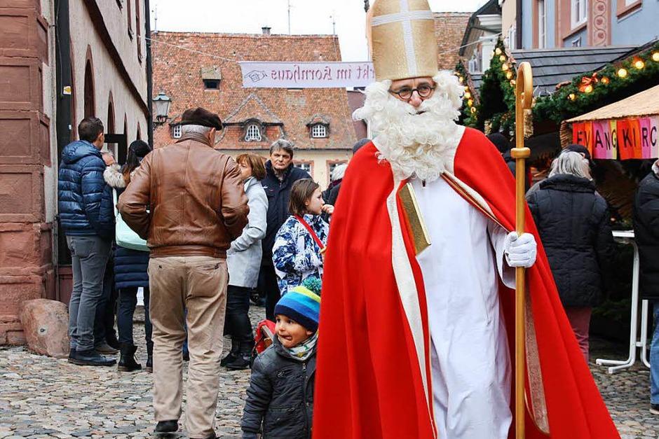 Rund um Marktplatz und Wallfahrtskirche erstreckte sich der Weihnachtsmarkt in der weihnachtlich geschmückten Endinger Altstadt. (Foto: Christiane Franz)