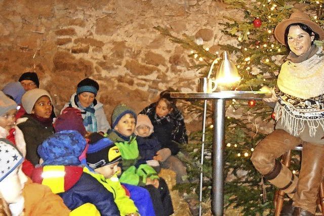 Ansturm der Kinder auf den Weihnachtsstall