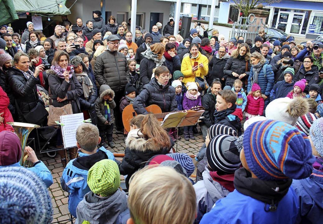 Der Projektchor der Grundschule unter ...rderverein sorgte für Crêpes (rechts).  | Foto: Mario Schöneberg