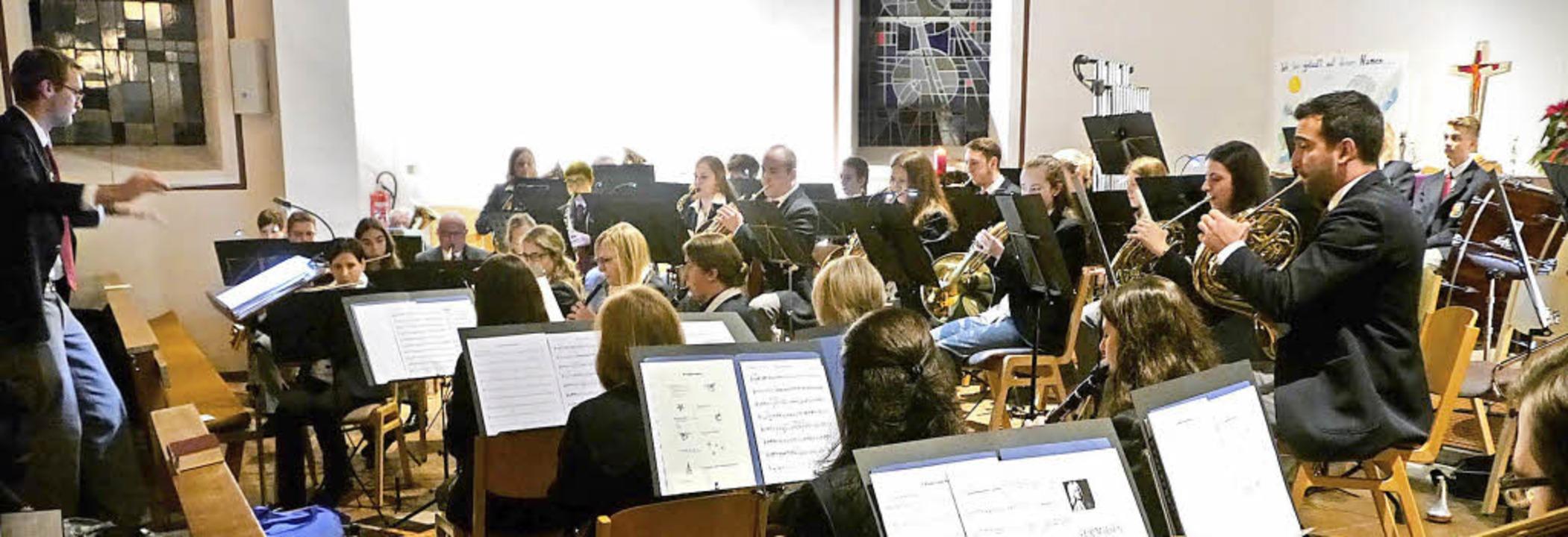 Philipp Kaiser dirigierte das Orcheste...ufführung seiner Kompositionen selbst.  | Foto: Ch. Hülter-hassler