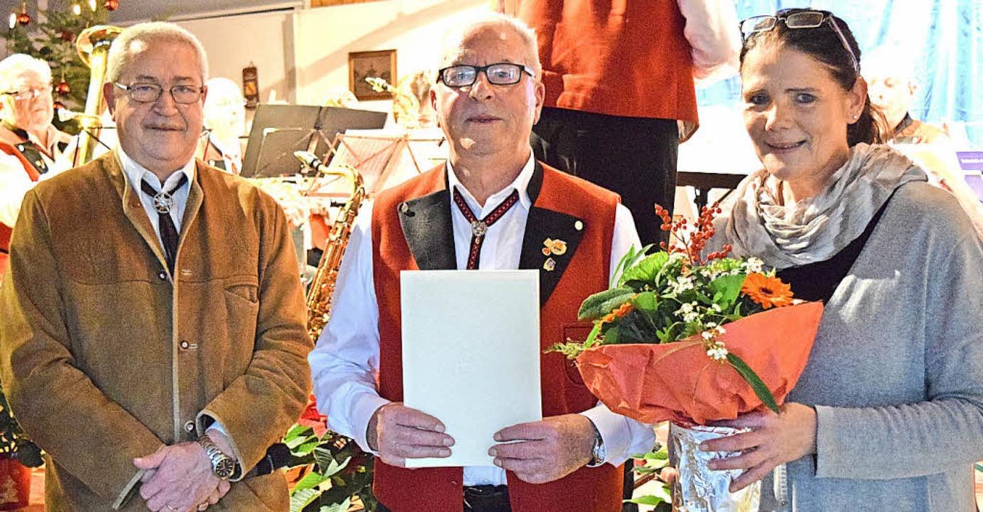 """OBV-Bezirksvorsitzende Sonja Schnell  ...50er"""", gratulierte dem Geehrten.    Foto: Marie Wintergerst"""