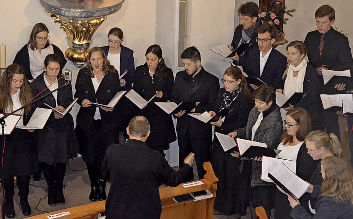 Leonhard Amselgruber dirigierte den Ka...g und spielte die neu geweihte Orgel.     Foto: Jörg Schimanski