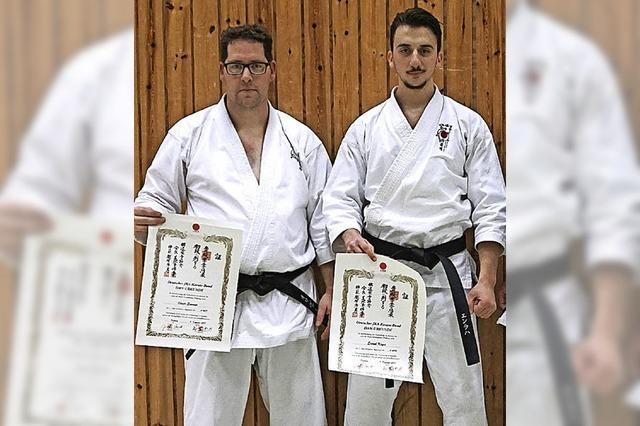 Karatekas mit schwarzem Gurt