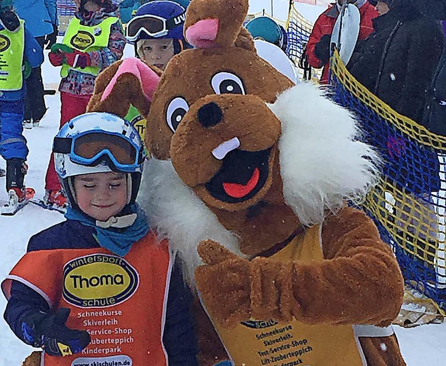 Schneehase Hopsy hieß die Mädchen und ...pps und spielt auch mal den Tröster.    | Foto: Skischule Thoma