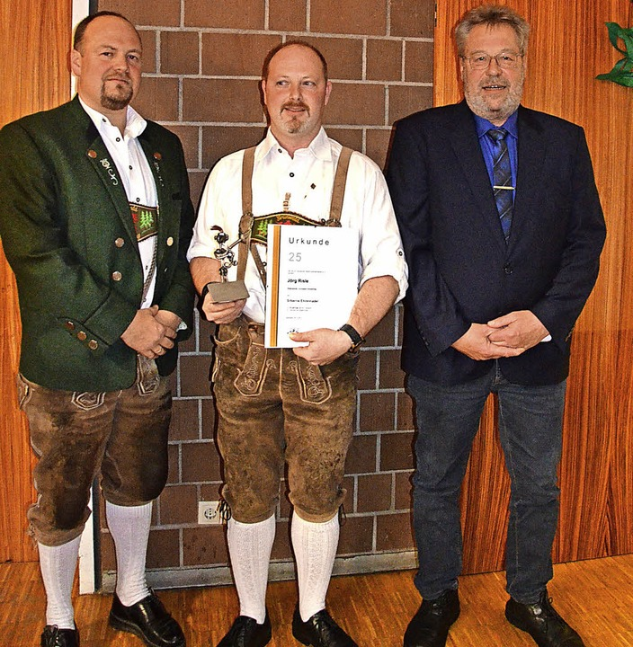 Beim Doppelkonzert geehrt wurde Jörg R...ilber für 25 Jahre aktives Musizieren.  | Foto: Cornelia Selz