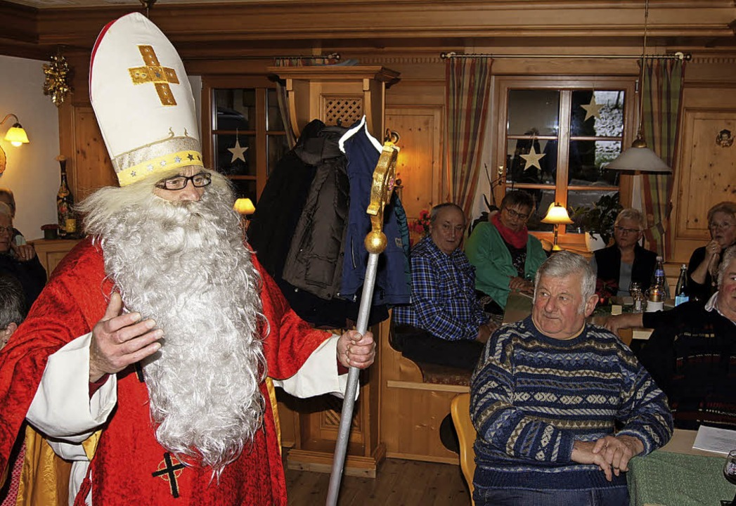 Auch Sankt Nikolaus hörte dem Öhli-Duo...rechts außen) sowie Josef und Leo zu.   | Foto: Roland Gutjahr