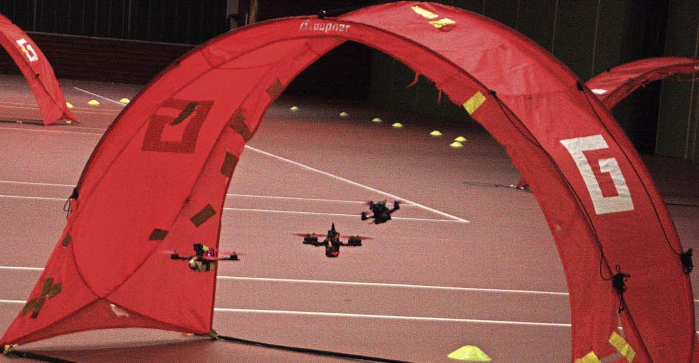 Mit bis zu 160 Stundenkilometern rasen die Drohnen über den Parcours.   | Foto: Jörn Kerckhoff