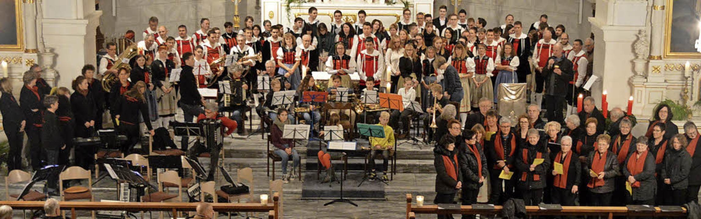 Das letzte Lied beim Kirchenkonzert in...die Musiker nach  vorne an den Altar.   | Foto: Sandhya Hasswani