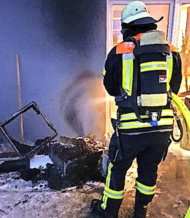 Die Feuerwehr löschte den Brand nach.   | Foto: Feuerwehr Wehr