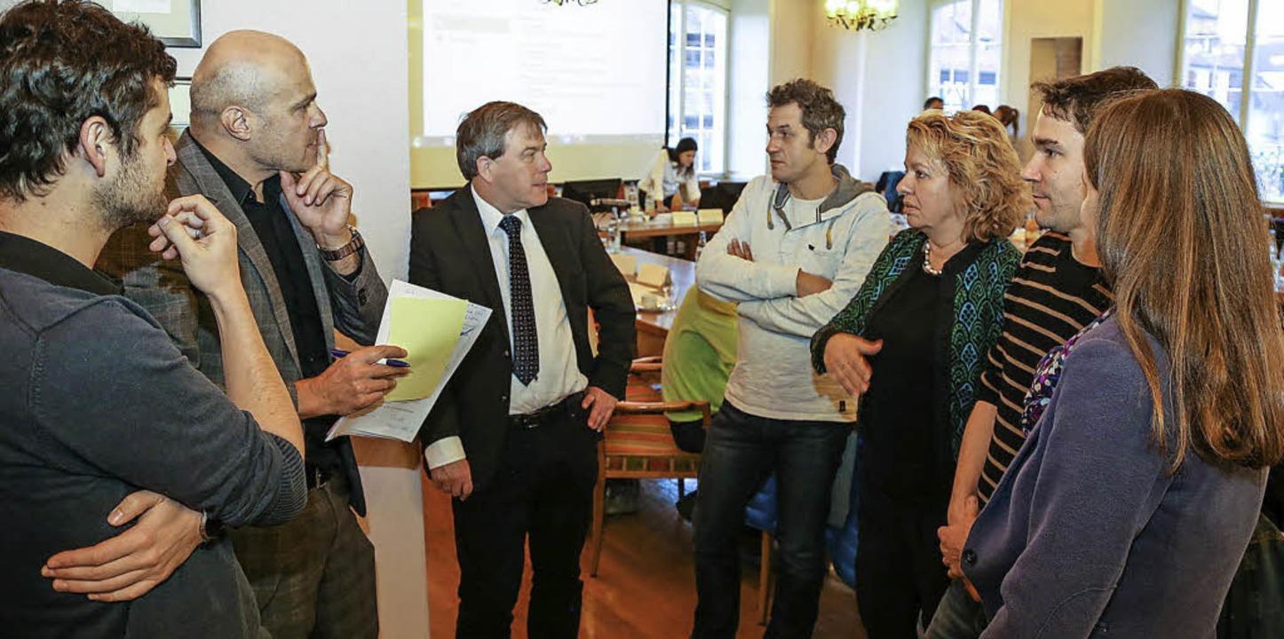 Organisatoren des Pilotprojekts sind im Gespräch und<ppp>  </ppp>    Foto: Sandra Decoux-Kone