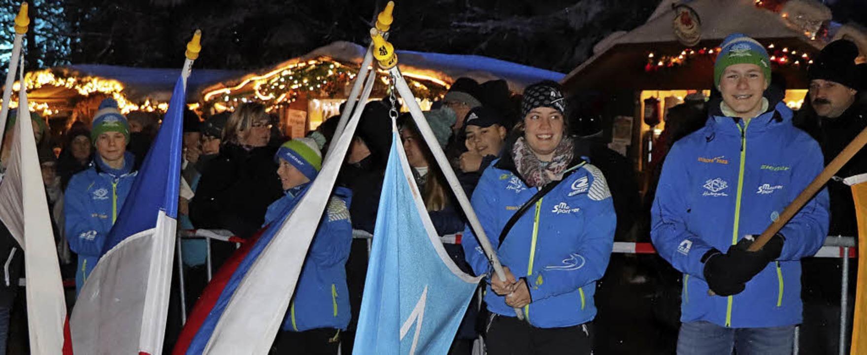 Mädchen und Jungen der Jugendabteilung...ationen sowie die Fahne des Skiclubs.   | Foto: Dieter Maurer