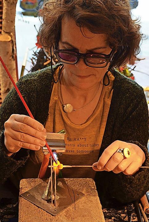 Glasperlen werden gedreht, nicht gebla...h die Herstellung einer Perle zeigte.     Foto: Christiane Sahli
