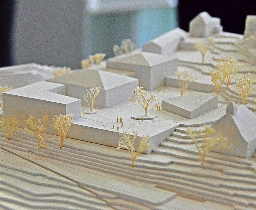 Das Modell zeigt, wie sich Architekt M...e der heutigen Sporthalle) vorgesehen.  | Foto: Sebastian Barthmes