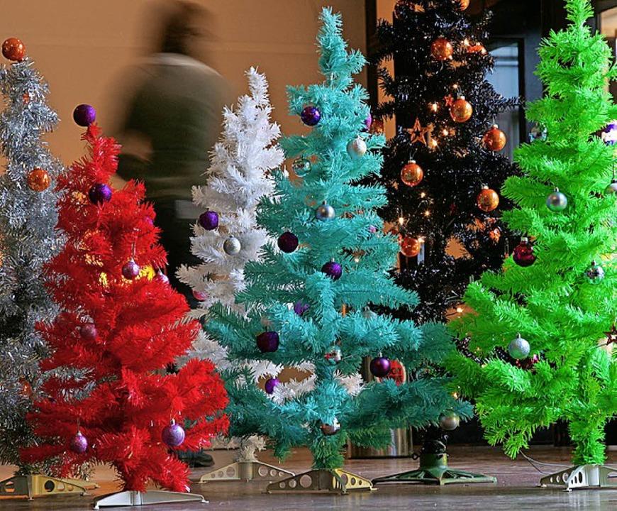 Plastik statt Nordmann: Manche Mensche...Weihnachtsbäume aus Kunststoff schön.     Foto: dpa