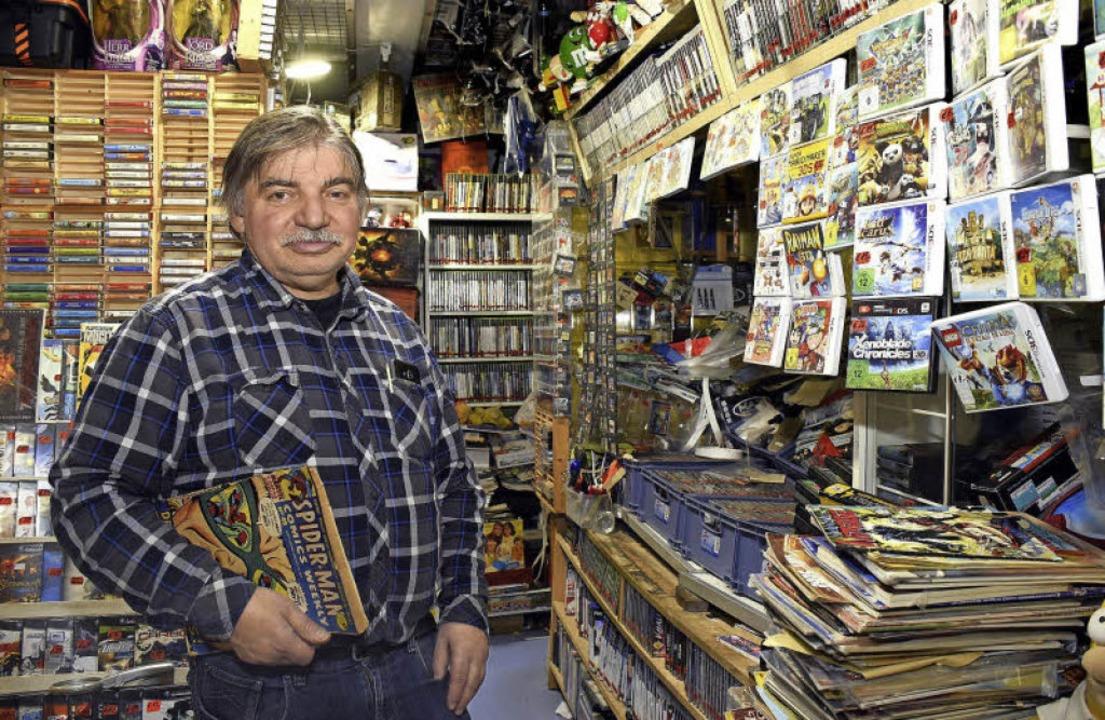Wolfgang Ludwig hat in seinem Laden &#...chriften sowie  Cassetten im Angebot.     Foto: Thomas Kunz