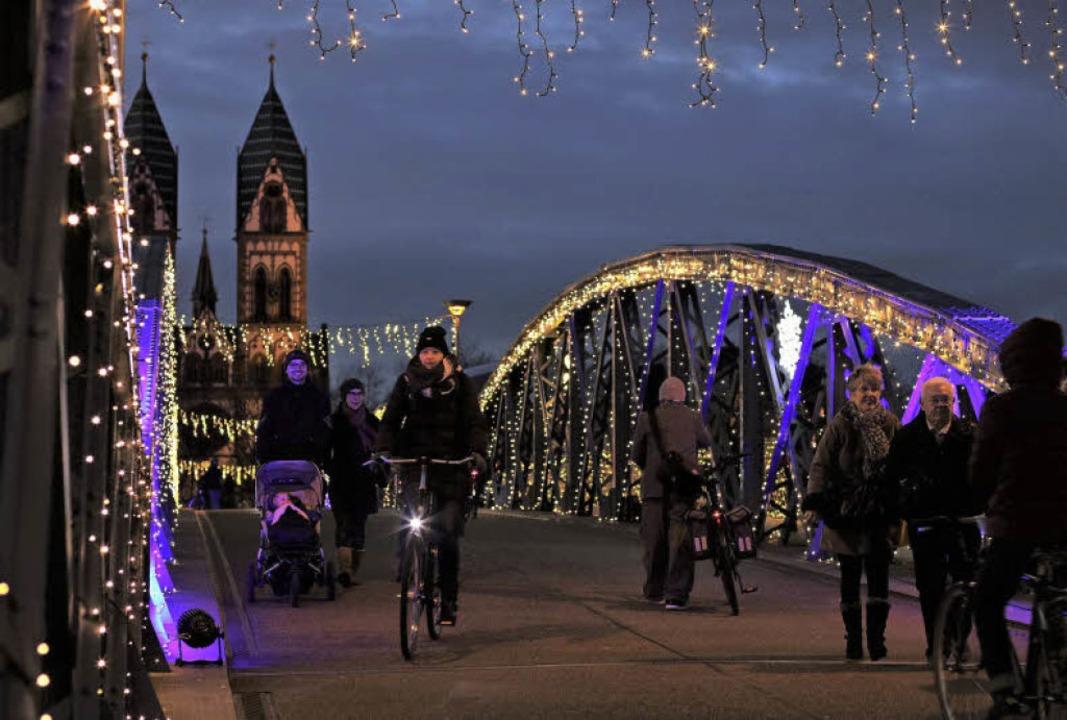 Überraschungsaktion: Badenova lässt die Blaue Brücke weihnachtlich leuchten  | Foto: Badenova