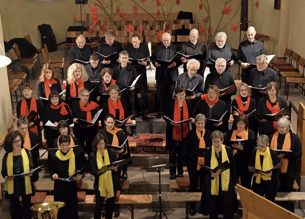 Wie Farbkleckse: Die 35 Sängerinnen und Sänger in der Kirche in Wolfenweiler.   | Foto: Sarah Nöltner