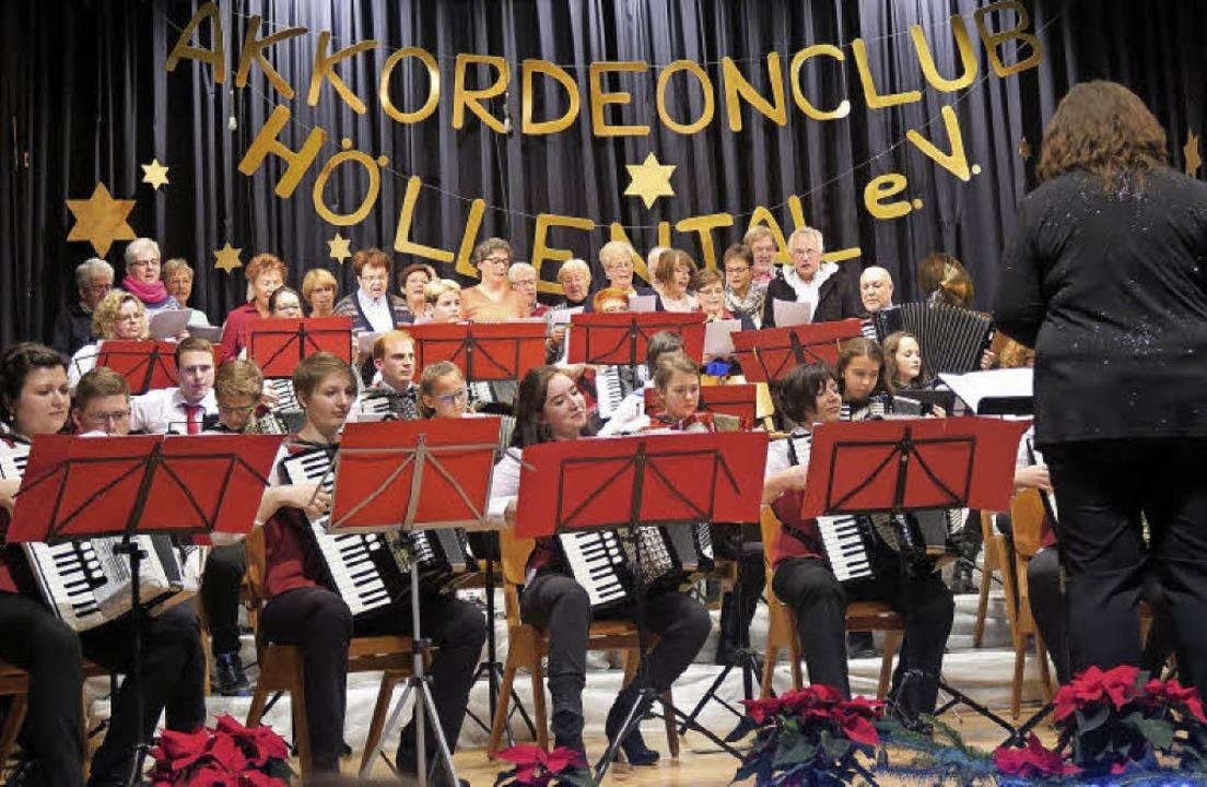 Gemeinsamer Auftritt: Konzertorchester...katholischen Pfarrgemeinde St. Blasius    Foto: Uli Führe