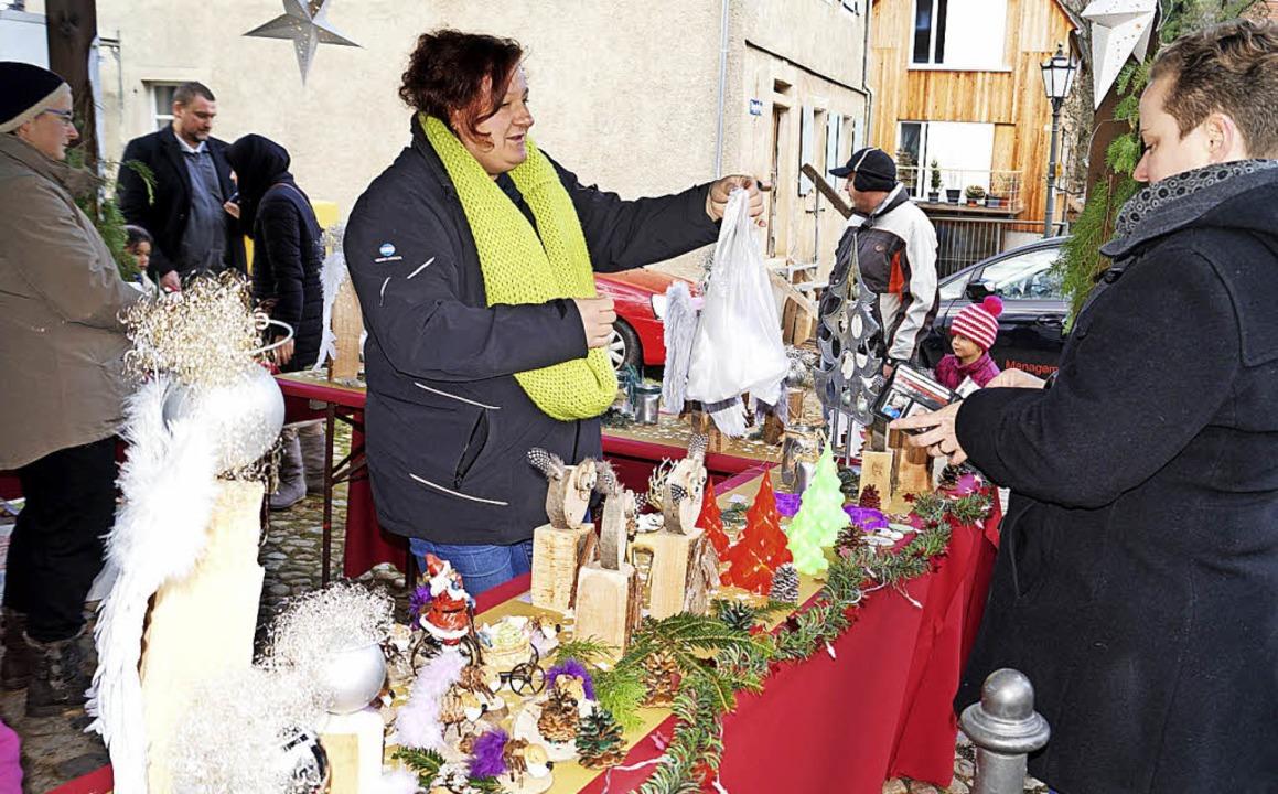 In aller Ruhe schlendern sowie Angebot...an bei der Lipburger Dorfweihnacht.       Foto: Silke Hartenstein