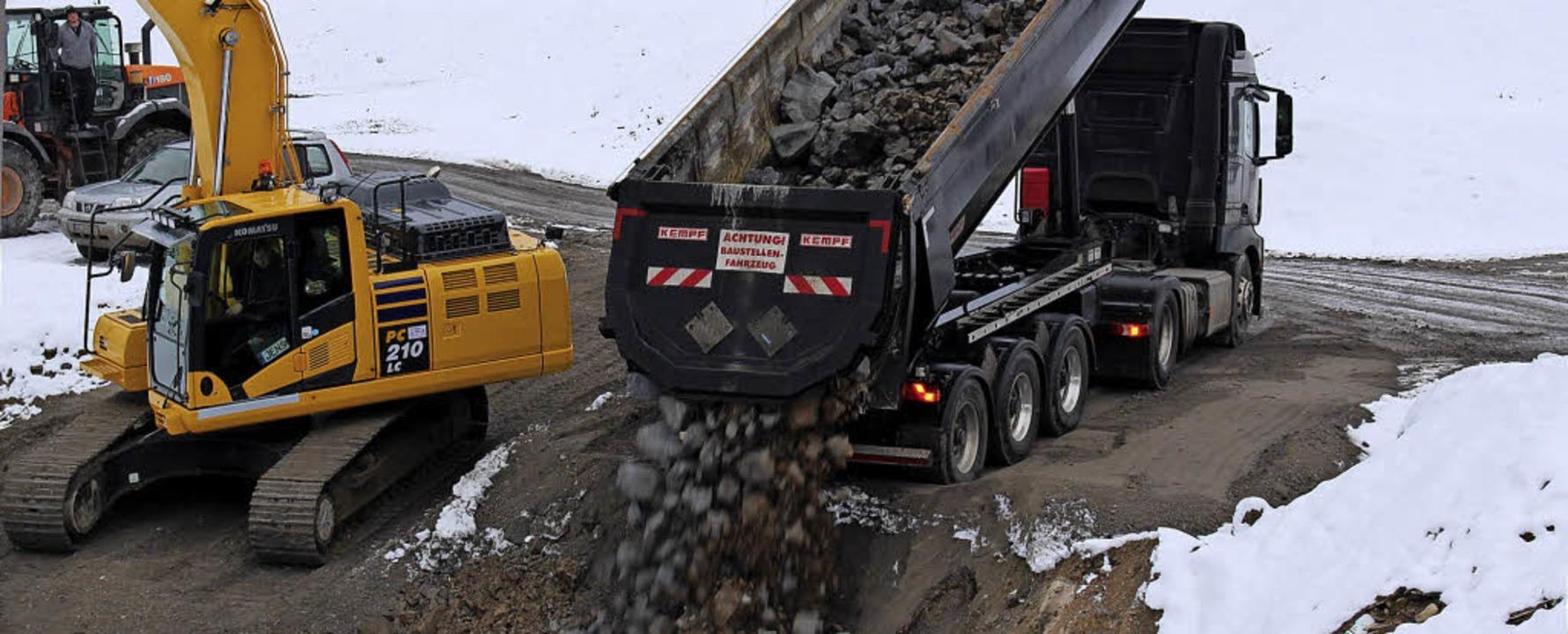 Ein Laster lädt auf der Mülldeponie das leicht radioaktive Material ab.     Foto: Hansjörg Bader/Erika Bader