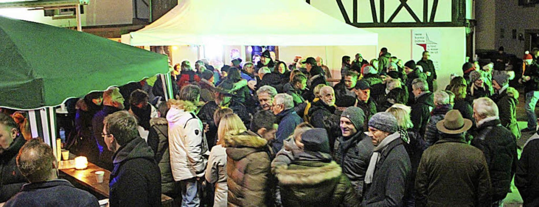 Bei Hans Glögglers Weihnachtsparty auf...latz herrschte ausgelassene Stimmung.   | Foto: Anja Bertsch