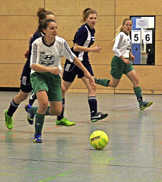 Spannende Begegnungen: Gruppenspiel FC...n/Istein, Annika Fischer ist am Ball.   | Foto: Monika Weber