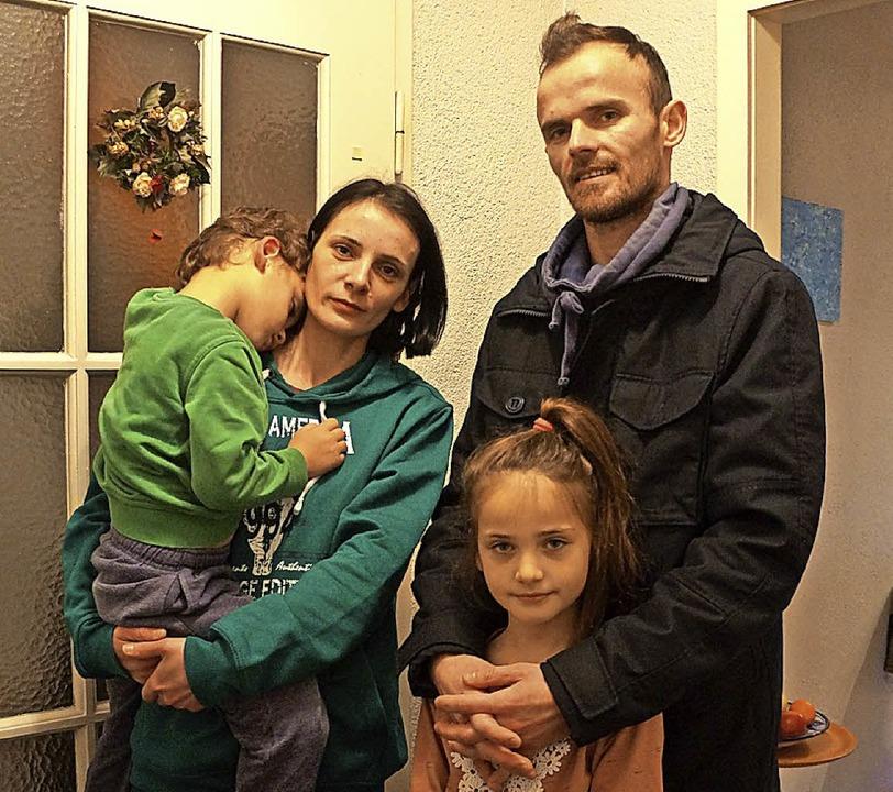 Müssen zurück ins Kosovo: Mimosa Muqiq...e große Tochter Rinesa und Sohn Reis.     Foto: Sebastian Kurtenacker