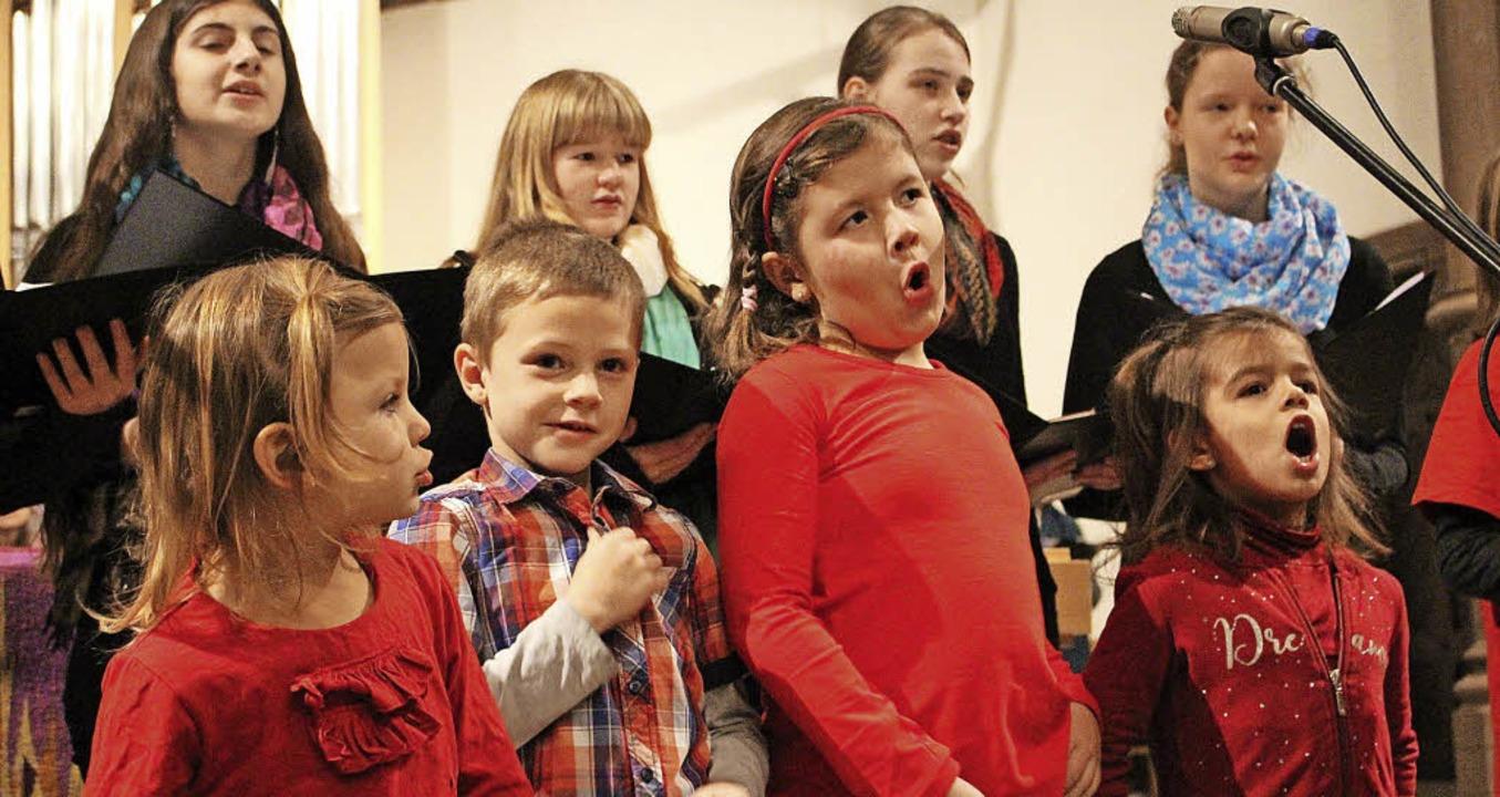 """Die """"Singzwerge"""" der evang...en beim Adventssingen vollen Einsatz.     Foto: Anja Bertsch"""