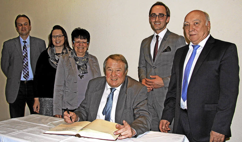Erhard Schneider wurde im Burkheimer R... sich ins goldene Buch der Stadt ein.   | Foto: Herbert Trogus